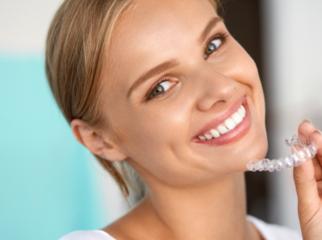 Dantų tiesinimas be breketų – šiuolaikiškas sprendimas